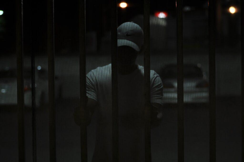 muškarac iza rešetaka
